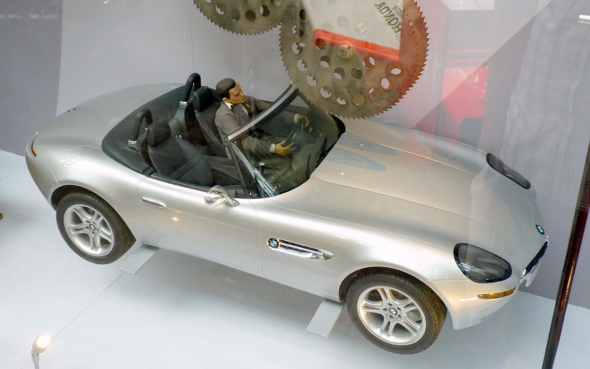 james-bond-bmw-z8-stunt-miniature