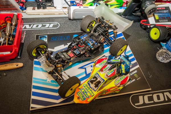 Travis Amezcua is running the new DEX210 V3 with a few tricks to tune it for the conditions. Like other drivers, Travis opted to run the buggy with a front wing along with a fairly standard size rear wing.