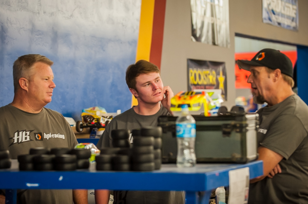 Drew Moller, his Dad, HB/HPI's Gord Tessmann (Team Manaager) discussing things in between races.