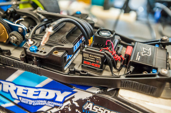 Reedy and Sanwa electronics are neatly organized and the shortly LiPo battery is positioned fairly far forward.