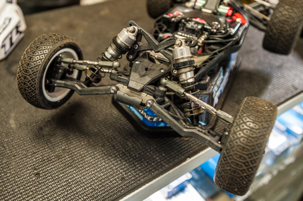 Front end on his buggy. For dampers, he uses Kyosho gold springs with 2-hole 1.6mm and 35w oil at the front, while TLR low-frequency white springs with 2-hole 1.7mm and 35w oil is used at the back.