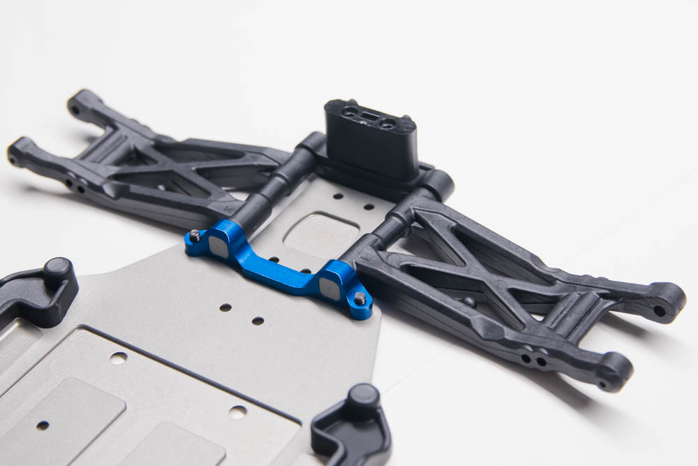 Using the C-mount and the plastic D-mount, the rear arms mount the chassis. A rear anti-roll bar mount sits atop the D-mount. There is an aluminum D-mount available that accepts the same pills as the C-mount that allows further adjustment.