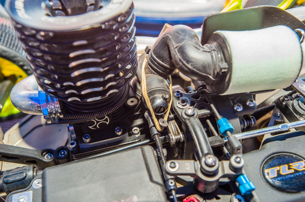 Detail of the throttle linkage with fail-safe rubber band, as per IFMAR rules.