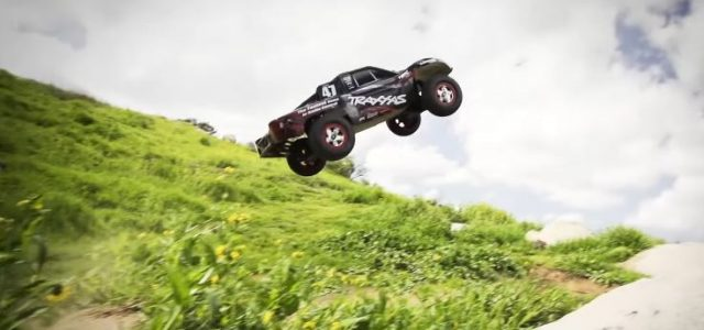 Traxxas Slash 4×4 Dirt Jumping [VIDEO]