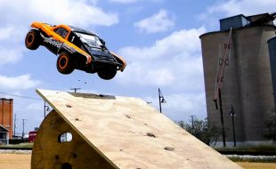 Urban Action With The Traxxas Slash 4X4 VXL [VIDEO]